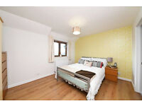 3 double bedroom 2 bathroom maisonette 2 min from East Finchley tube & shops. Private parking space.