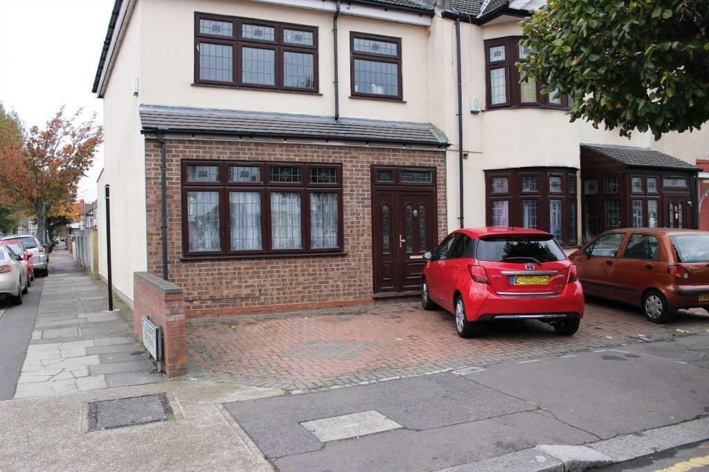 5 bedroom house in St Thomas Garden Ilford, IG1