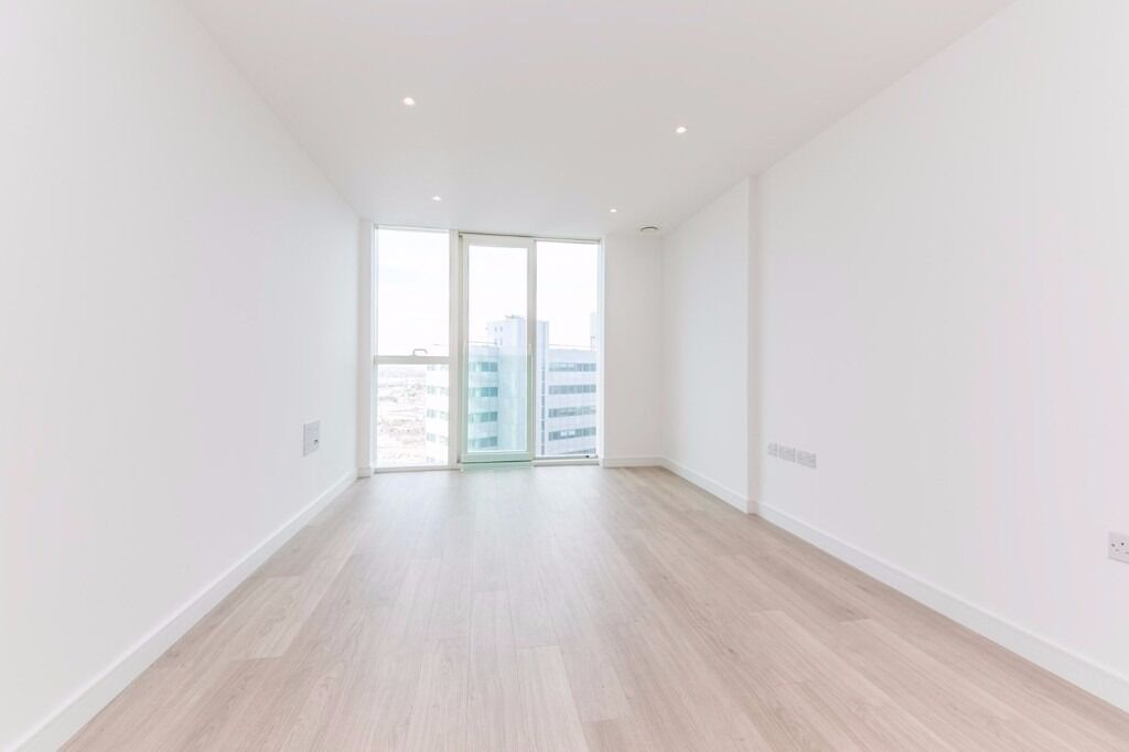 Pinnacle Apartments: BRAND NEW LUXURIOUS ONE BEDROOM APARTMENT !! Walking distance to stations !!