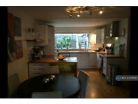 2 bedroom flat in Auckland Road, London, SW11 (2 bed) (#879138)