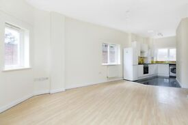SPACIOUS 3 bed apartment+ conjoining Kitchen and Lounge Area CLEAN Wooden Flooring >>£480pw<<
