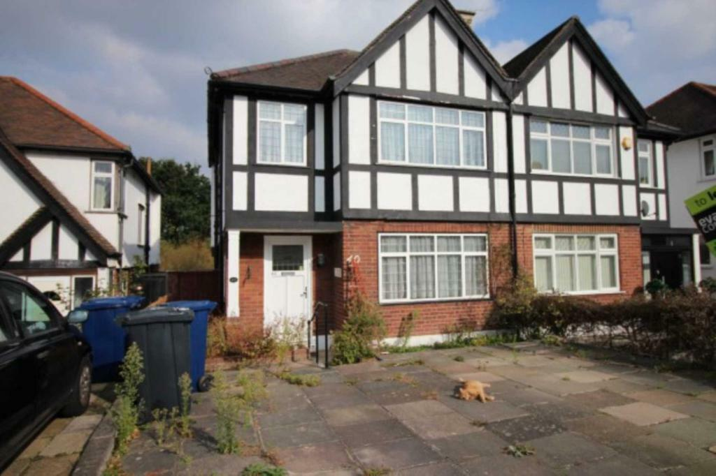 3 bedroom house in Chinnor Crescent, London