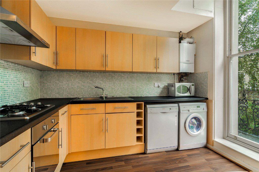 MOVE IN THIS LOVELY ONE BED FLAT FOR THE NEW YEAR ! PERIOD BUILDING WITH BALCONY - 525 Sq Ft - £385