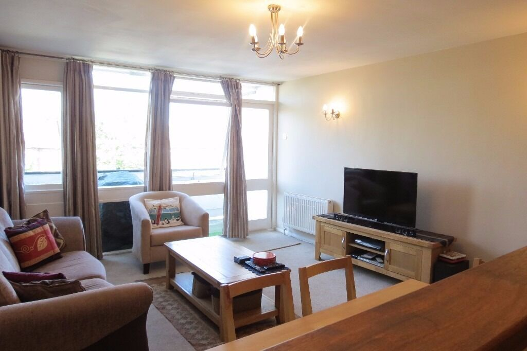 Spacious 1 bedroom flat in central Raynes Park!