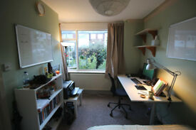 Great room in Burley, close to unis and train station - avail from mid Dec