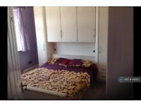 1 bedroom in Warren Drive, Hornchurch, RM12