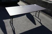 3 Tables Pliante en bois avec pattes en fer. ( usagé )
