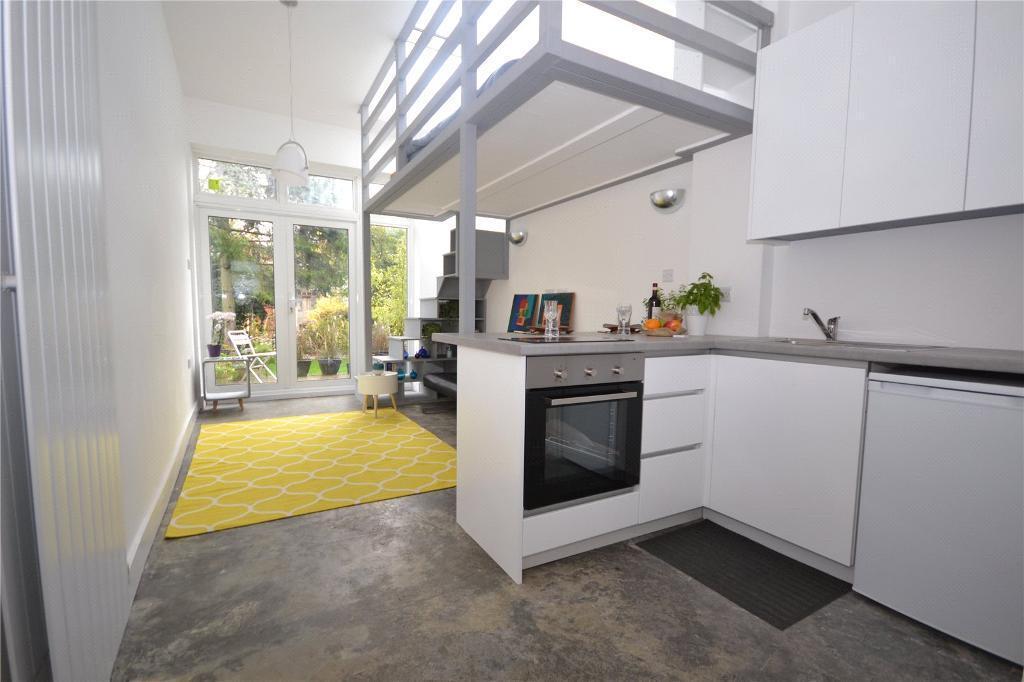 Studio flat in Abbots Gardens, London, N2