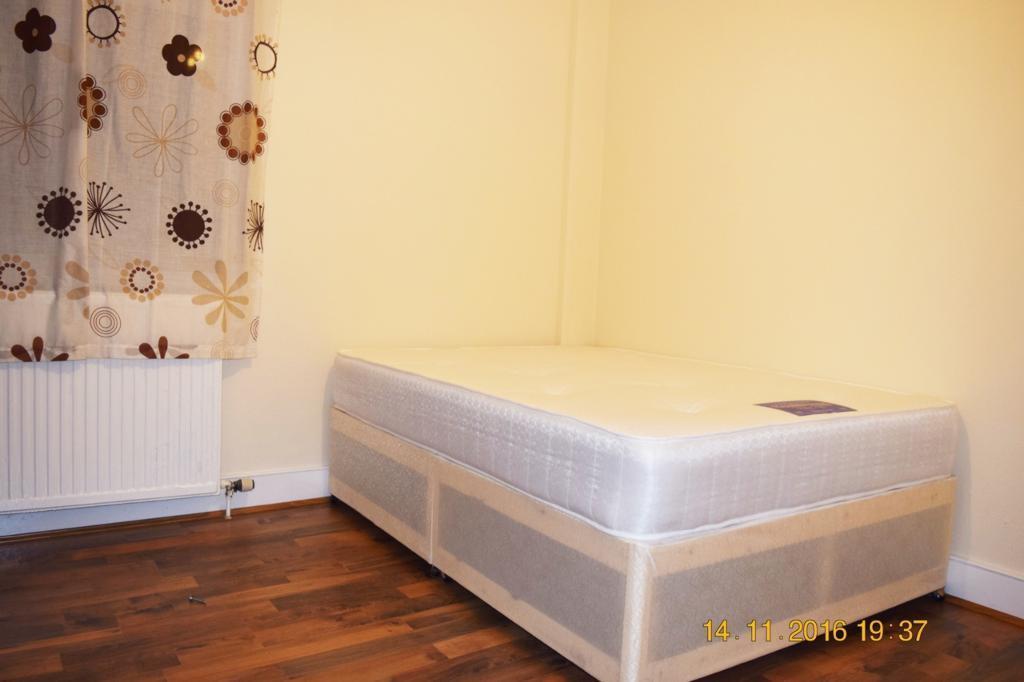 1 bedroom in Woodside Road, Room 5,, London, N22