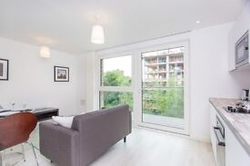 Designer furnished luxury studio suite apartment in Nyland Court, Surrey Quays SE8-tg
