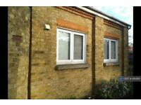 Studio flat in Park Road, Stanwell, Staines-Upon-Thames, TW19