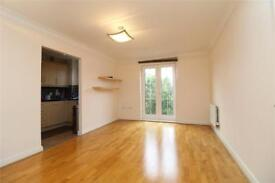 2 bedroom flat in Shillingford Close, London, NW7