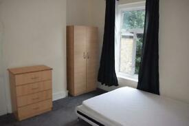 One nice double bedroom in Stratford