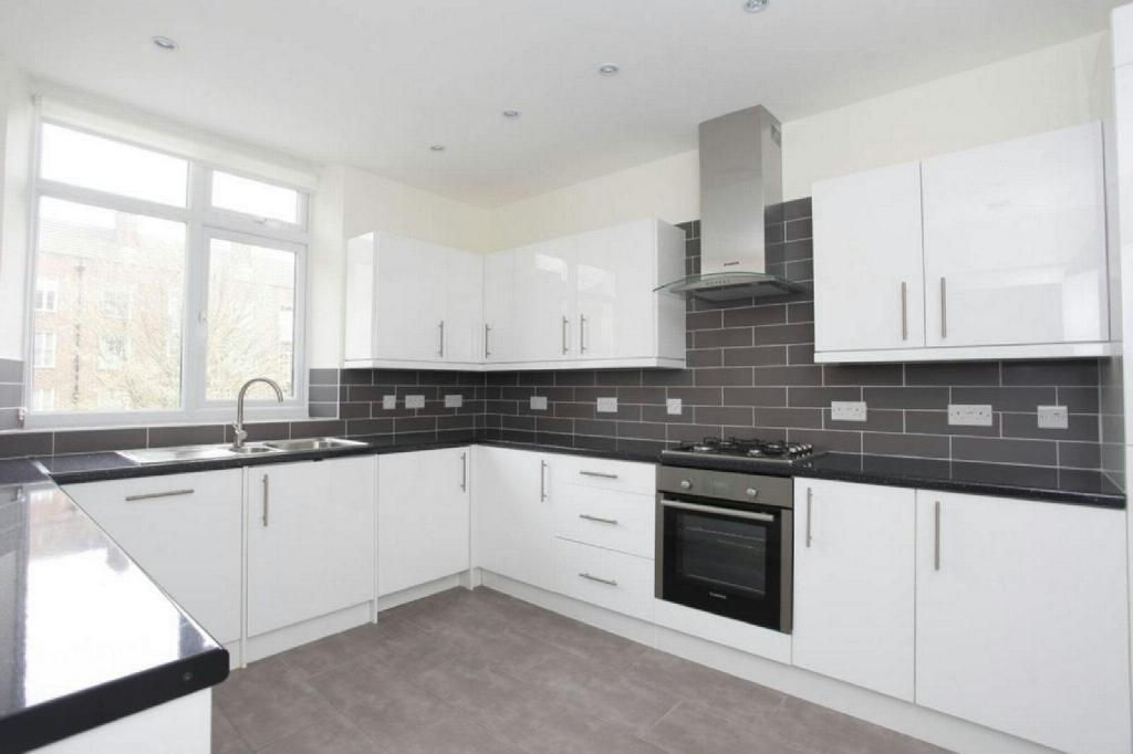 4 bedroom flat in Finchley Road, St.Johns Wood