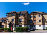 2 bedroom flat in Redwood Grove, Bedford