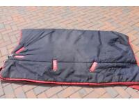 Almost new - 5'9 horseware Ireland 450g stable rug