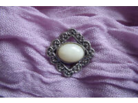 Vintage-style silver coloured metal brooch, with cream coloured central stone.