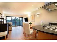 2 bedroom flat in Hampton Court Road, East Molesey, KT8