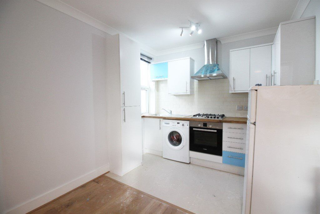 ****NEWLY REFURBISHED 2 BEDROOM APARTMENT WITHIN WALKING DISTANCE TO WOODSIDE PARK TUBE STATION****