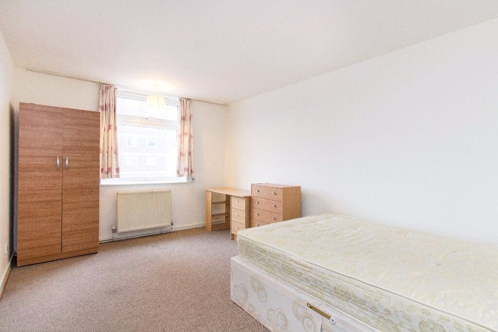 Excellent location! 3 double bedroom flat in a high rise building situated on Shepherds Bush Green