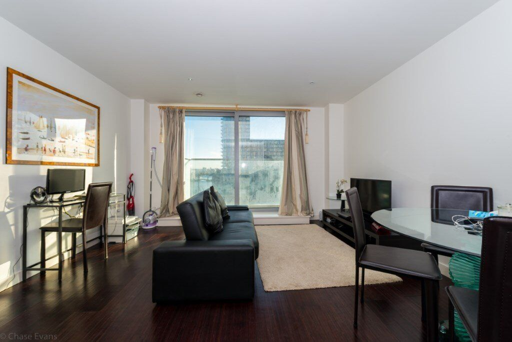 VACANT! DESIGNER FURNISHED 1 BED APARTMENT WITH BALCONY - SOUTH FACING - PAN PENINSULA CANARY WHARF