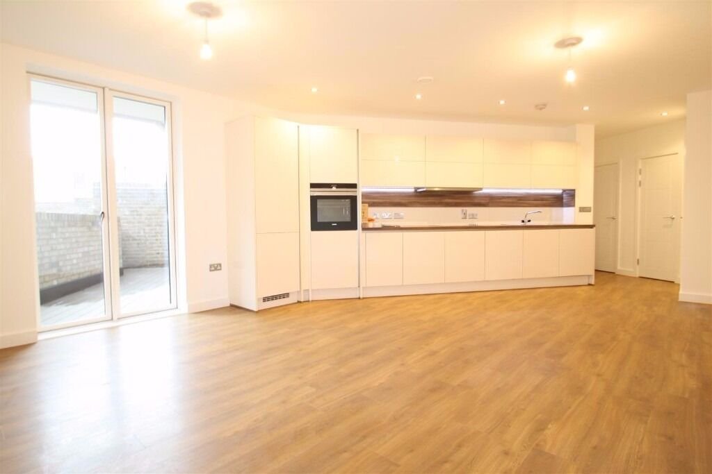 Brand new large 1 bed apartment, large roof terrace, on the Queen Elizabeth Park, walk to station