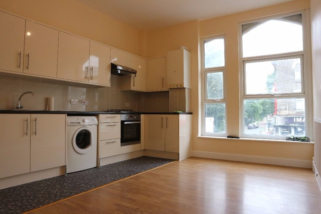 Spacious 3 bedroom flat, within 5 minutes walking distance of Seven Sisters Underground Station