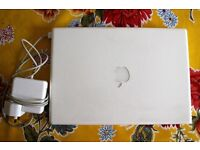 Apple Laptop Macbook 2007 with charger