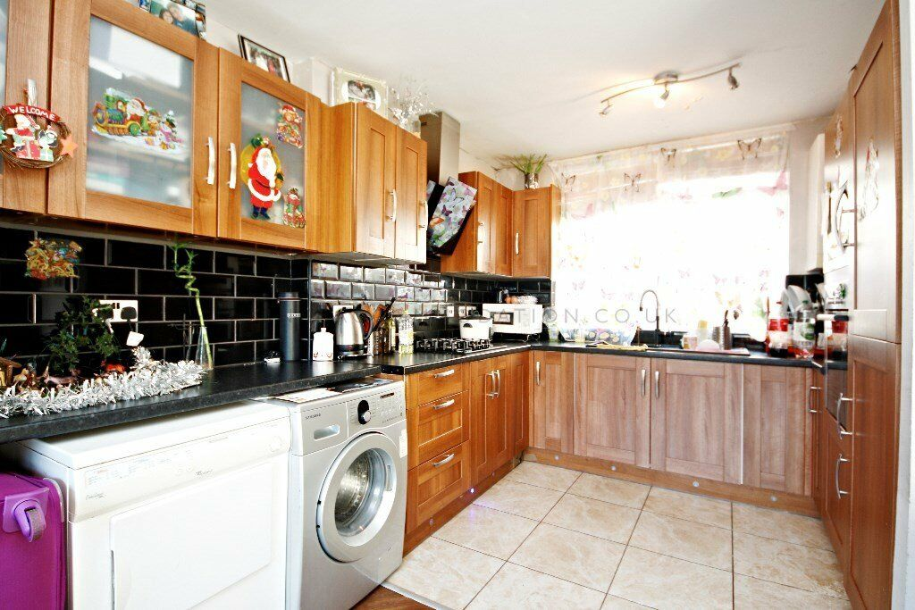 Very spacious 1 bedroom flat with a separated living room in Denmark Hill