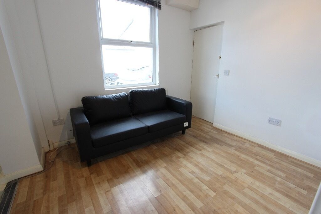 RM1 REFURBED 2 BED GRD FLR FLAT Available TODAY. IDEAL for amenities, shops, trains & more IG1 RM3