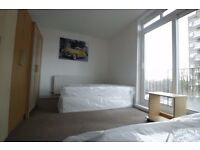 Nice twin room available in St Johns Wood, Jubilee line, with amazing window and private balcony !!