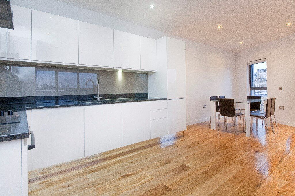 STUNNING 1 BEDROOM FLAT, SPACIOUS LIVING AREA WITH A FANTASTIC VIEW OF CANARY WHARF.