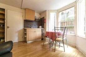 2 twins/couples rooms available in a flat of 2 rooms *CLAPHAM*