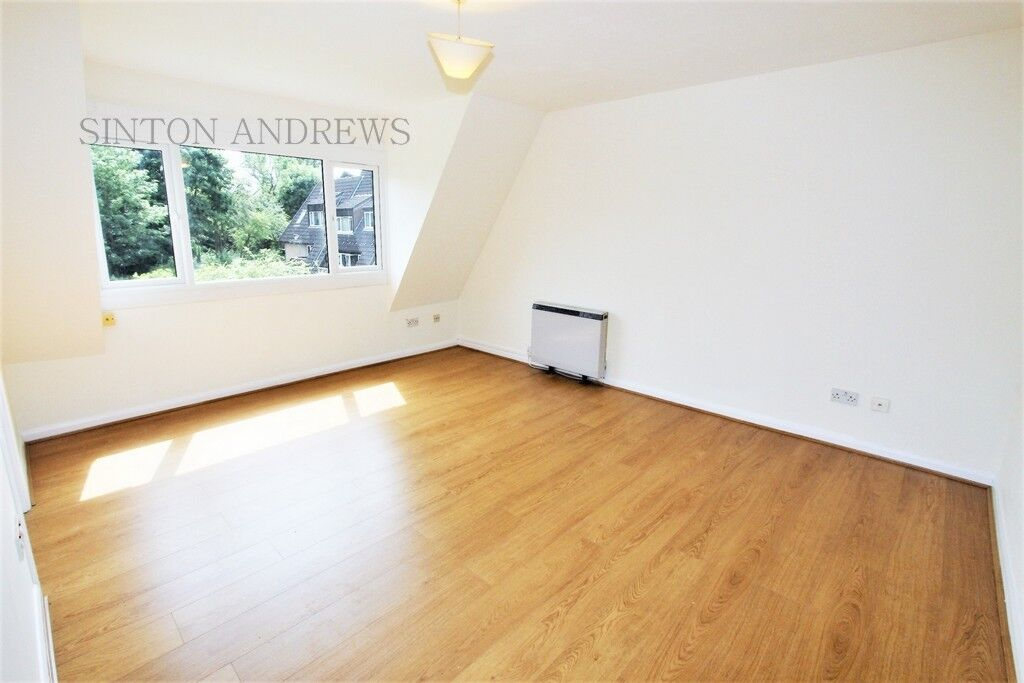 Studio flat in Abbeyfields Close, Park Royal, NW10
