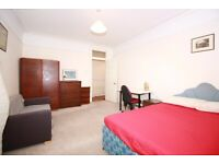 Colorful Double Room in West Kensington area