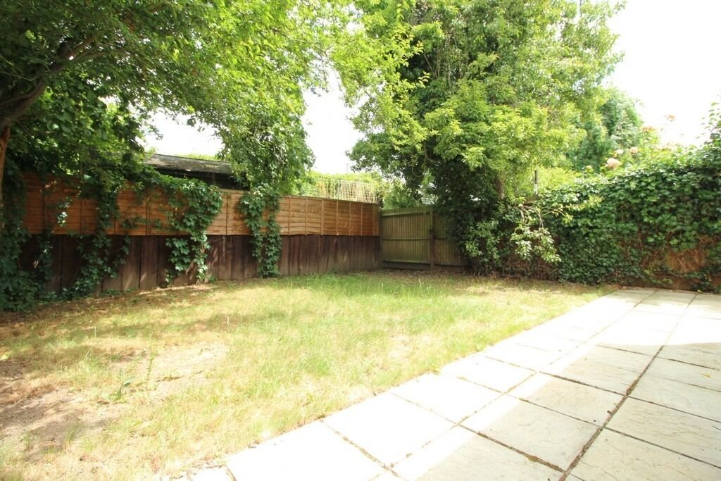 MODERN 3 BEDROOM GARDEN FLAT WITH EN-SUITE NEAR ZONE 2 NIGHT TUBE, 24 HOUR BUSES AND SHOPS
