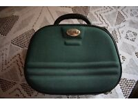 Beauty case 24 x 32 cm. Green with zip all round.