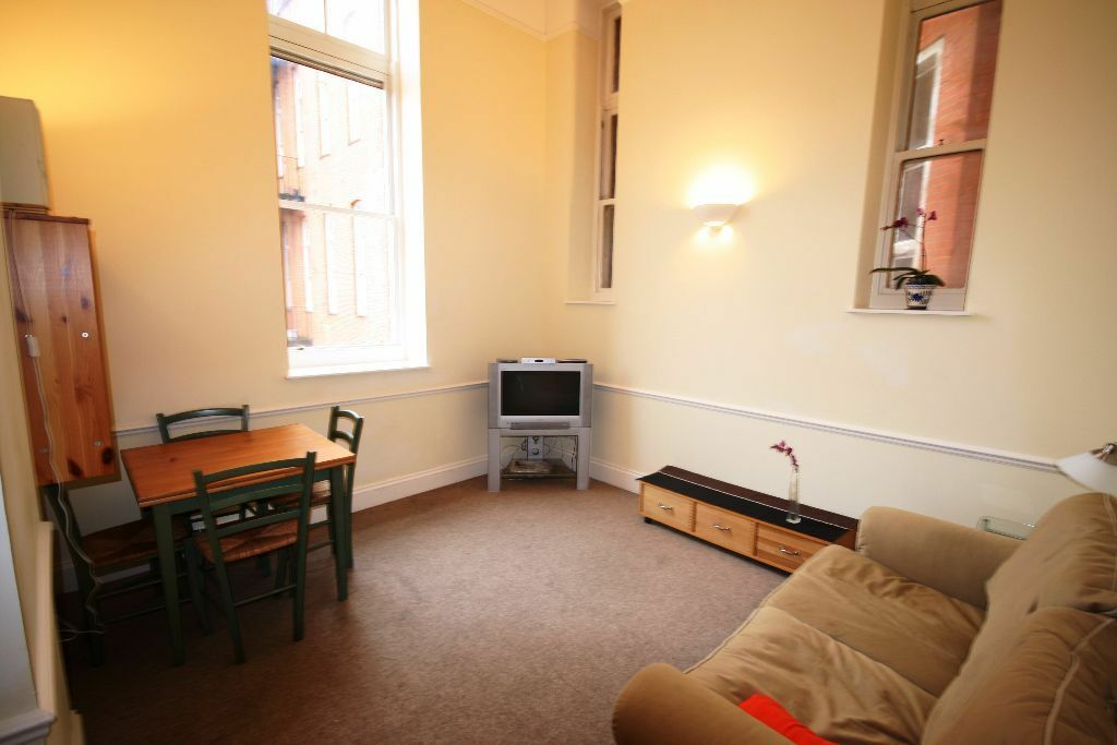 Lovely 2 bedroom flat available right next to station! must see! only £370pw!