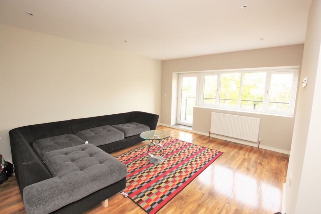 3 bedroom flat in Nether Street, London, N12