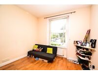 A beautiful one double bedroom flat located in Richmond next to the station!