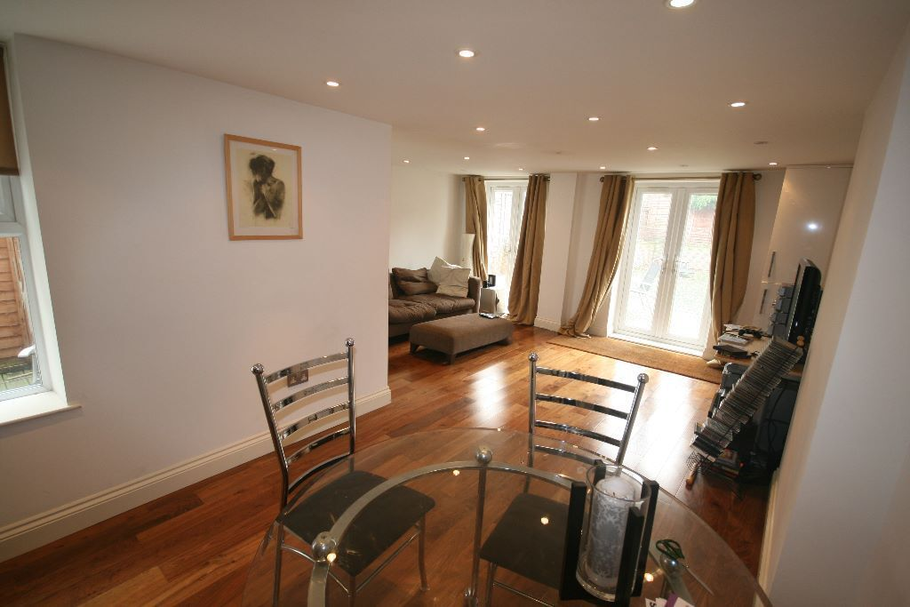 Lovely 2 bed garden Flat in Tooting Bec- Must see!
