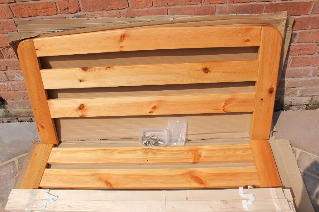Pine 3/4 bed in very good condition.