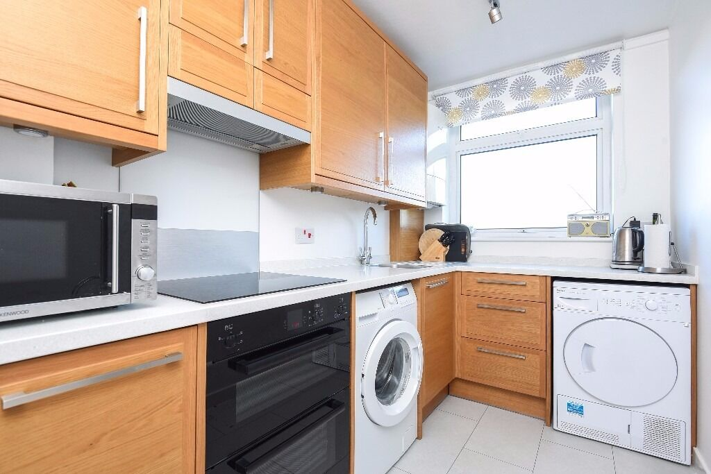 BRIGHT TWO BED FLAT ON HAMILTON ROAD WITH COMMUNAL GARDEN WALKING DISTANCE TO EALING BROADWAY. £1450