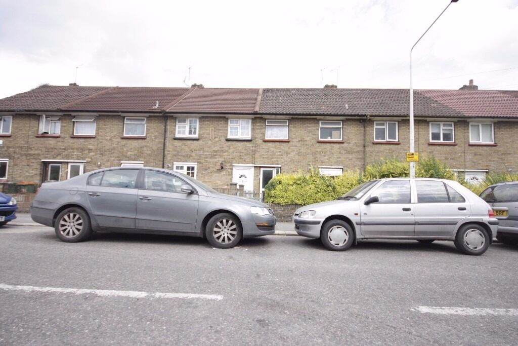 **WILL GO FAST**3 BED FLAT TO RENT IN CANNING TOWN E16 CALL NOW TO ARRANGE A VIEWING ON 07432771372