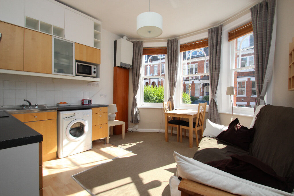 A One Bedroom Raised Ground Floor Period Conversion Located Close To Highgate Tube