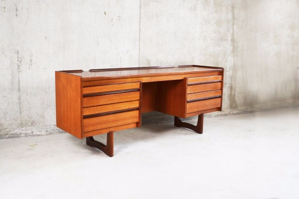 William Lawrence of Nottingham 1970s mid century teak deskin East London, LondonGumtree - William Lawrence & Co was founded by the Nottingham Quaker, William Lawrence in 1899. The company were well known for their high quality furniture. In the 1960/70's they were heavily influenced by Scandinavian design which led to a more minimal...