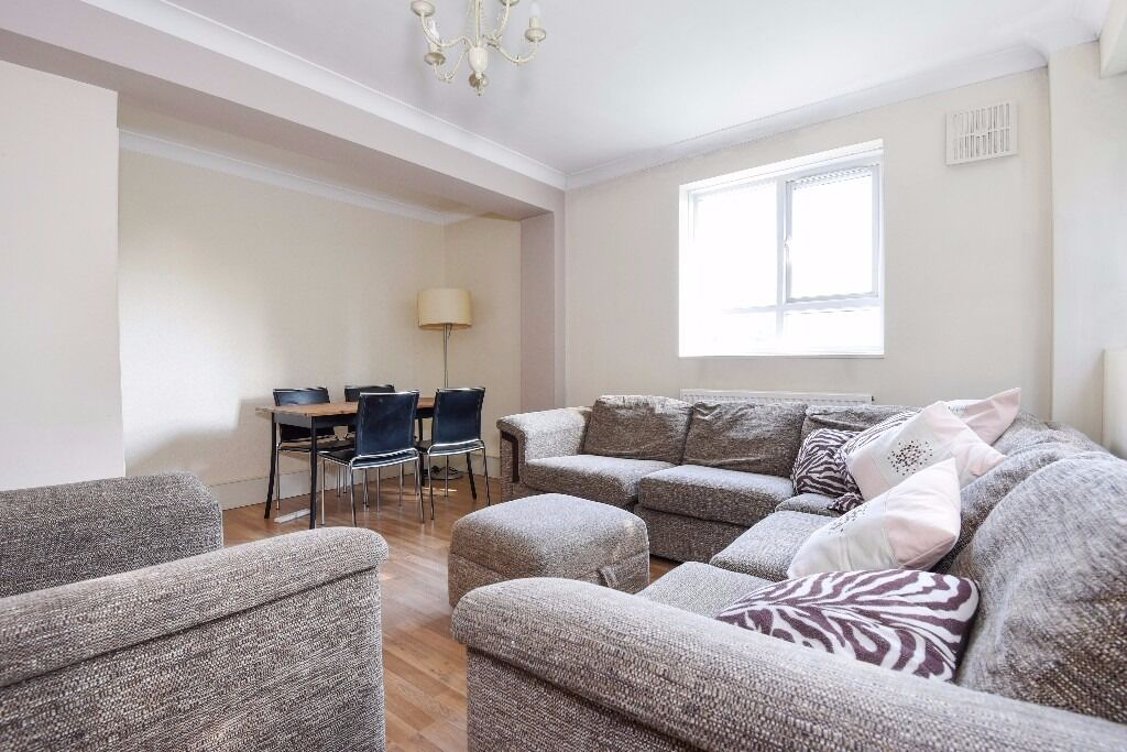 A well presented three bedroom furnished flat to rent in popular Southfields close to station