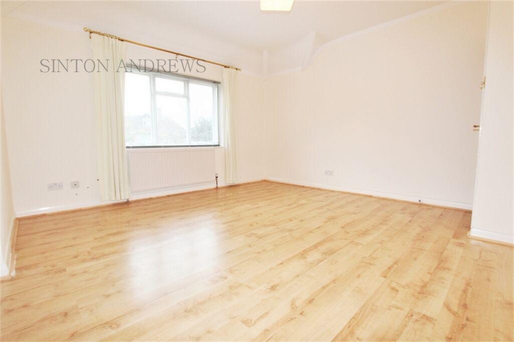 1 bedroom flat in Highland Avenue, Hanwell, W7