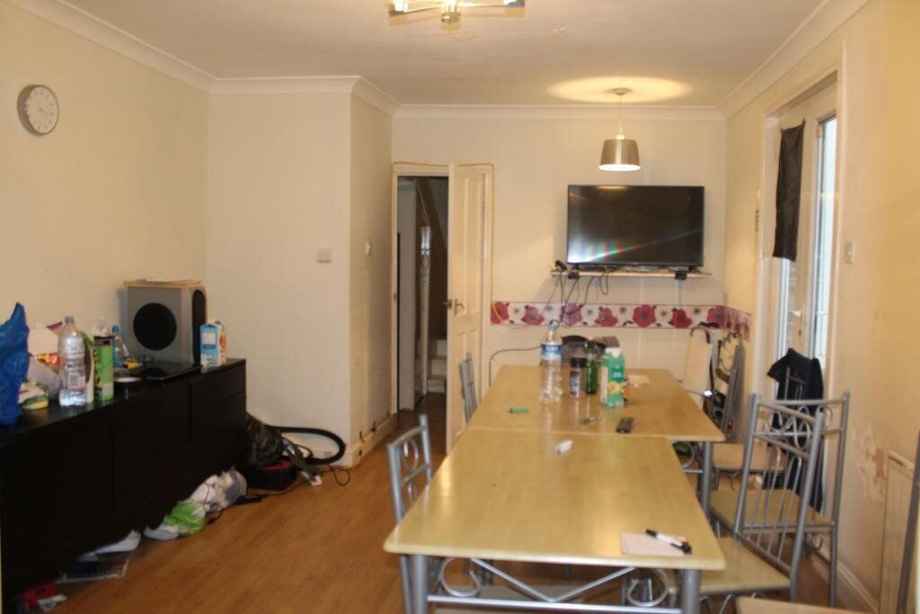 Beautiful Six Bedroom Terraced House, Two Large Receptions, Two Bathrooms, Garden, Close to station