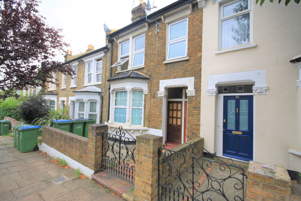 Two bedroom flat situated on the first floor of a Victorian property near Westcombe Park station.